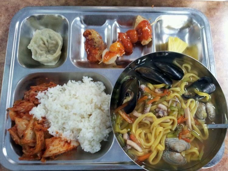 有個大鐵盤裡面 分裝很多的菜
