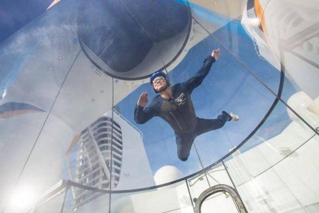 甚至連跳傘都可以體驗唷!!! (沒開玩笑吧?在郵輪上?)