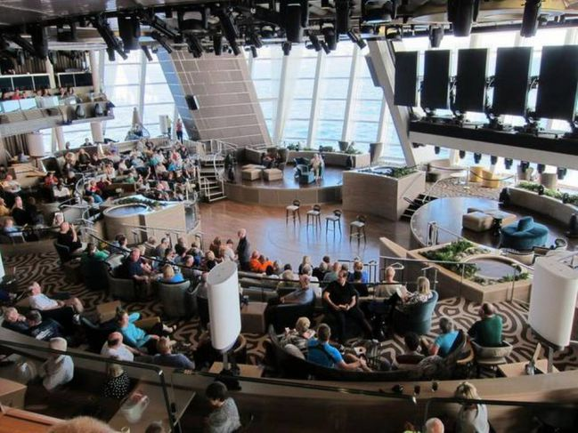 這裏是郵輪的大廳~ 巨大的落地窗,可以看見海洋的美景! 除此之外,在大廳中央還會有表演可以觀賞喲!