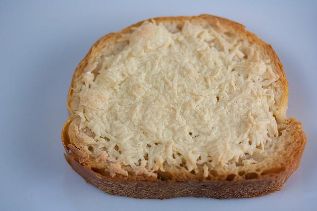 這種卡蘇馬蘇乳酪, 通常會拿義式麵包,與度數高的卡諾紐紅酒一起搭配享用!