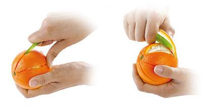 首先,像刀子一樣先把柳丁皮切開, 接著利用削皮器和手指的力量,一起將果皮剝下~輕輕鬆鬆!