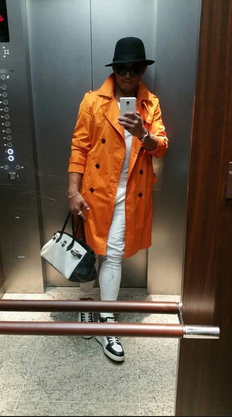 隨著漸暖的天氣, 衣服搭配的顏色當然鮮艷一點摟! 包包很多人以為是我老婆的..... 這個真的是我的啦!!!XD