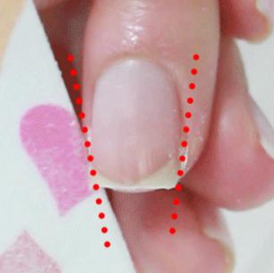 喜歡指甲看起來纖細一點的朋友, 可以稍微以朝內的方向磨甲!