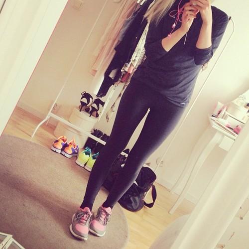 9. 身材管理照 最近的女孩兒們,很多都開始重視健身摟~ 運動中的照片,看起來就很性感! 最常出現的照片就是健身房當背景, 或是鏡子前面的腹肌照摟XDDD (#運動 #健身 #減肥 #一切都是為了夏天穿上比基尼!!!!)