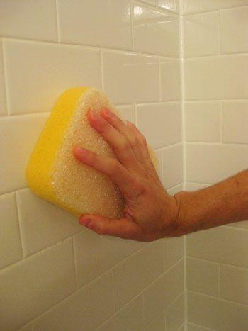 洗澡的時候,用比較柔軟的刷具(像海綿)擦一遍就乾淨了。