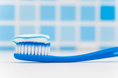 利用牙膏中含有的摩擦顆粒,可以輕鬆去除一些難以清除的污垢。
