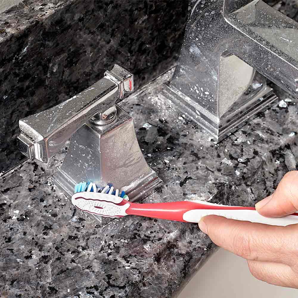 洗澡前,把牙膏擠在要丟掉的牙刷上, 認真的刷一遍水龍頭, 洗完澡用水沖一下,水龍頭便會潔淨如新。