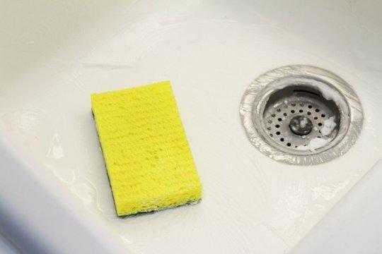 洗澡前噴上剛剛製作好的清潔劑, 洗澡時候的會散發出熱氣, 等到洗完澡趁著熱氣用柔軟的刷具擦一下就乾淨了。