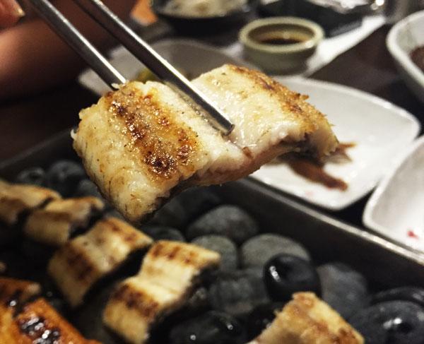 接下來,原味烤鰻!!!  小編1號表示:「要真正體驗鰻魚的味道,當然是要吃原味!」