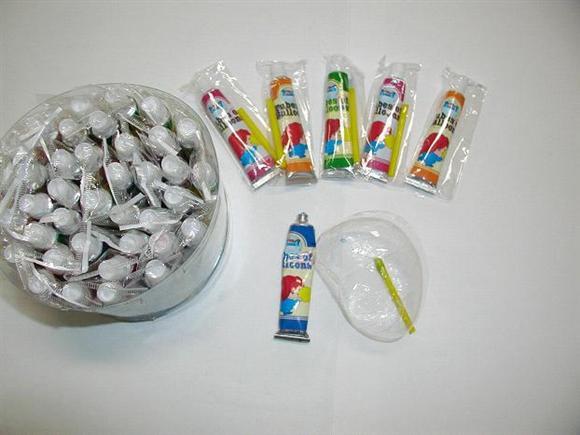 6. 泡泡膠 這個應該沒有世代的鴻溝,大家都玩過吧!! (別裝囉,誰敢說沒玩過!!!) 雖然,現在因為泡泡膠含有毒成分,禁止販售了.... 它可是童年回憶的最佳代表啊!