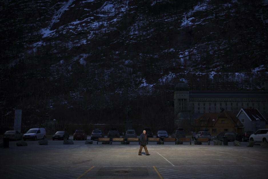 在挪威有個小村莊,被高山圍繞在深處, 一年大部份的時間,都是不見天日的景況.....
