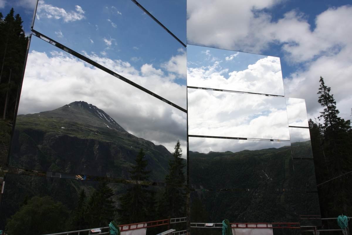 架上寬長達17平方米的三片巨大鏡子...