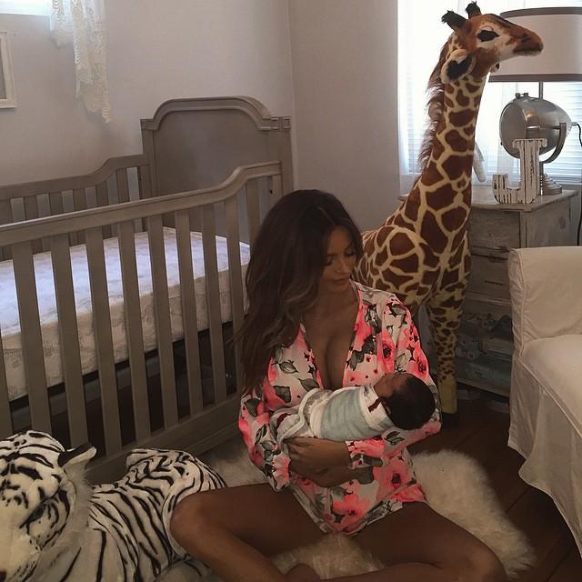 是說莎拉媽咪.... 你的身材從懷孕到生完小孩以後,根本沒變化啊!!!