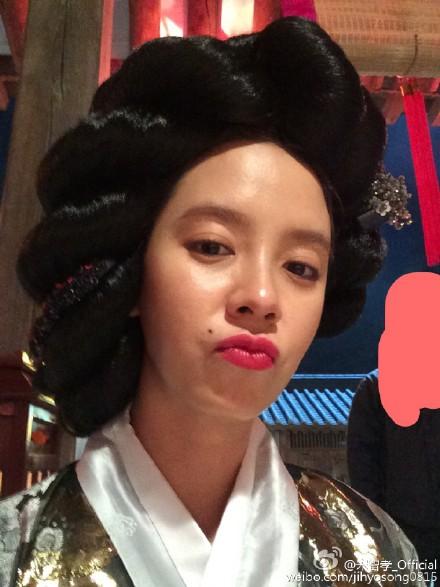韓國女星宋智孝小姐,最近有了新歡!! 沒有啦~不要被嚇到~ 她的愛正是獻給了自拍XDD