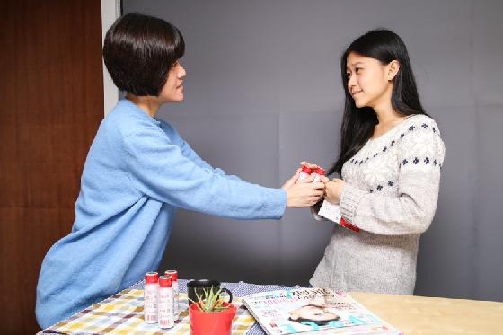 2. 嘮叨  媽媽為了妳著想,總是會苦口婆心的叮嚀這個、叮嚀那個, 當然「忠言總是逆耳的」,有時候雖然知道媽媽是為自己好, 但念太久真的還是會感到煩躁啦~(暈)  不過現在反觀自己,當朋友經痛時, 妳雖然會貼心送上能舒緩不適的生理期補品,或是讓身體暖和的黑糖、薑茶, 但還是老愛一邊碎念著: 「就跟妳說要好好照顧身體,冰的東西不要亂吃!這樣會….然後還會….(後面略XD)」 在朋友眼中,妳搞不好就是這樣一位「嘮叨媽媽」喔!