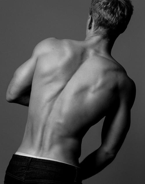 當然那不容忽視的肌肉線條............ 感覺到妳的心臟強烈跳動了嗎?♪