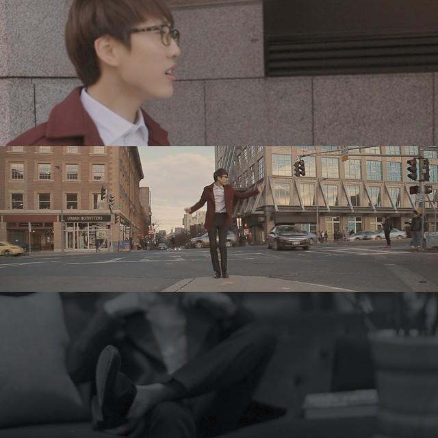 果然還是素人啊~ 他在街頭拍攝時的肢體都超僵硬的啊XDDD 意外地顯現出可愛的樣貌~