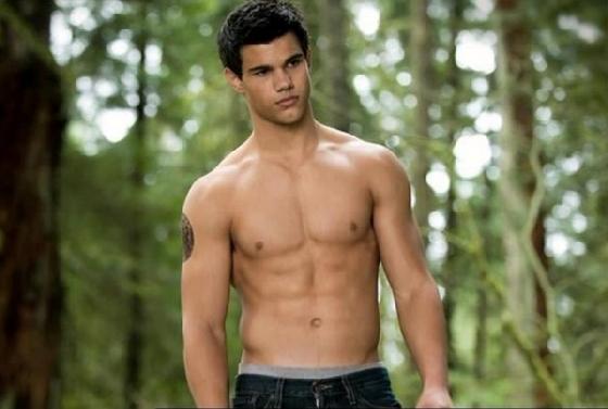 TOP 8 泰勒洛特 Taylor Lautner  在《暮光之城》飾演狼人一角的泰勒,這款年輕的鮮肉很難不被提起,在電影裡少不了裸上身賣肉的場景又如此深情,看的觀眾們心癢癢啊!當初他因為體型較為瘦弱,差點被導演換角,索性後來靠健身增加了將近14公斤,才穩穩坐上狼人的寶座,成為大家心中那美味的狼人。