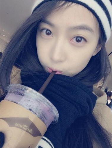 她是f(x)裡面唯一的中國成員,中文名字叫「宋茜」! 跟妹妹們一起跳舞唱歌~完全童顏~ 就像個少女一般~♡很可愛吧?