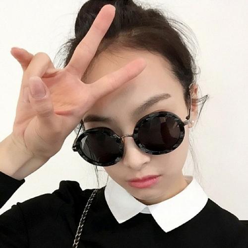 噢~太陽眼鏡一戴上去,臉變得跟拳頭一樣小♥