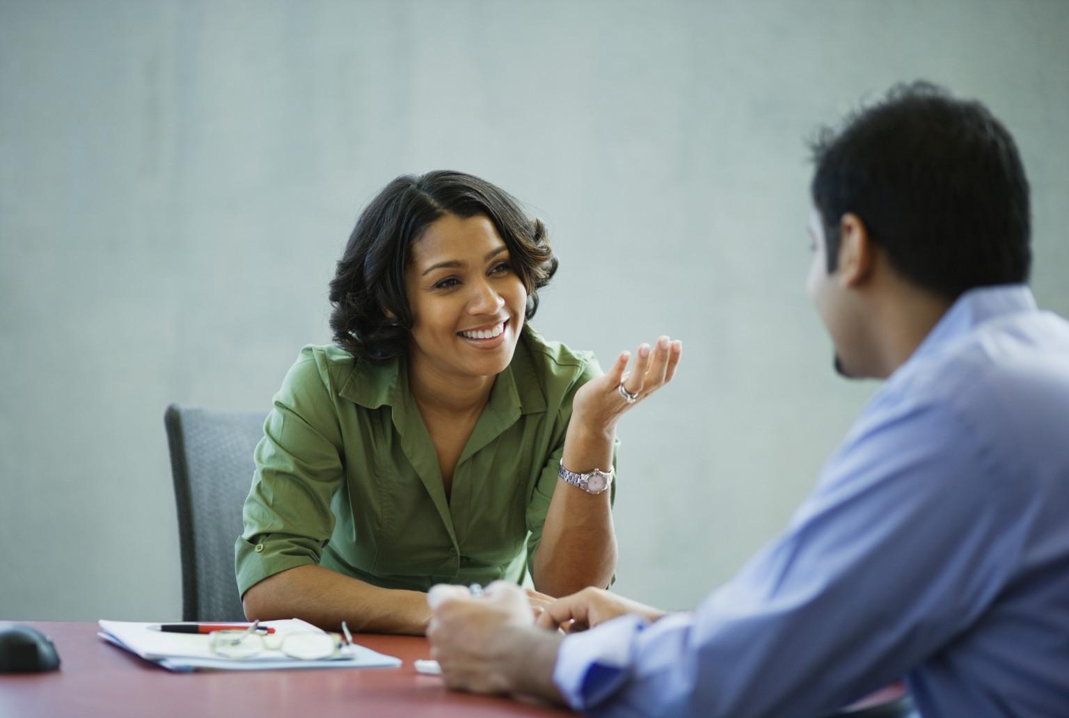 1. 對話的一開始,面帶微笑!  就算是尷尬不熟的關係,也不會有人對面對微笑的人感到不舒服! 如果笑不出來的話,可以想著一些讓人會心一笑的事情,有助於露出笑容唷!