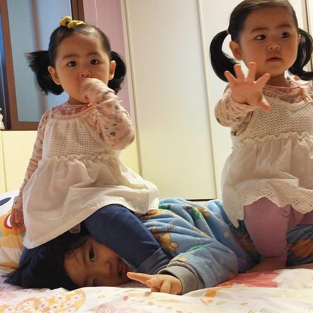 不過這張照片裡,雙胞胎似乎就比較好分辨一點了~呵呵