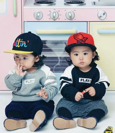 吼~這就是韓國人說的「母胎美人」, 從小就長得這摸可愛~ 眼睛像水滴一樣好圓啊~♡