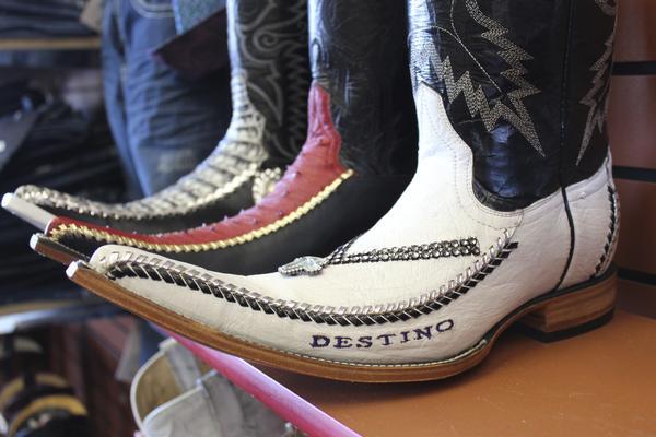 大概是從4年前開始(?) 墨西哥年輕人們,很流行穿這種很尖很長的靴子!