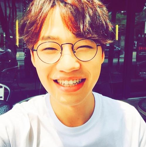 他是洪大光 2012年參加韓國選秀節目《Superstar K4》 奪下第4名後出道