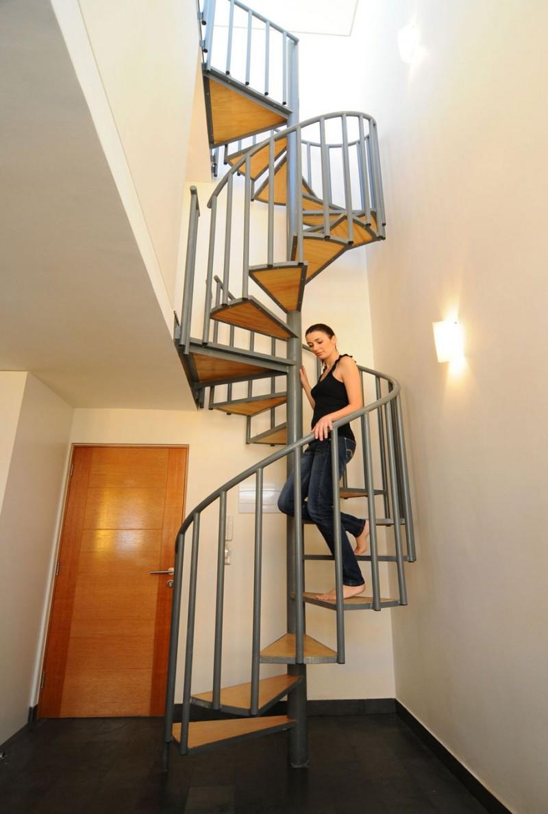他特別挑高~所以樓梯也滿陡的