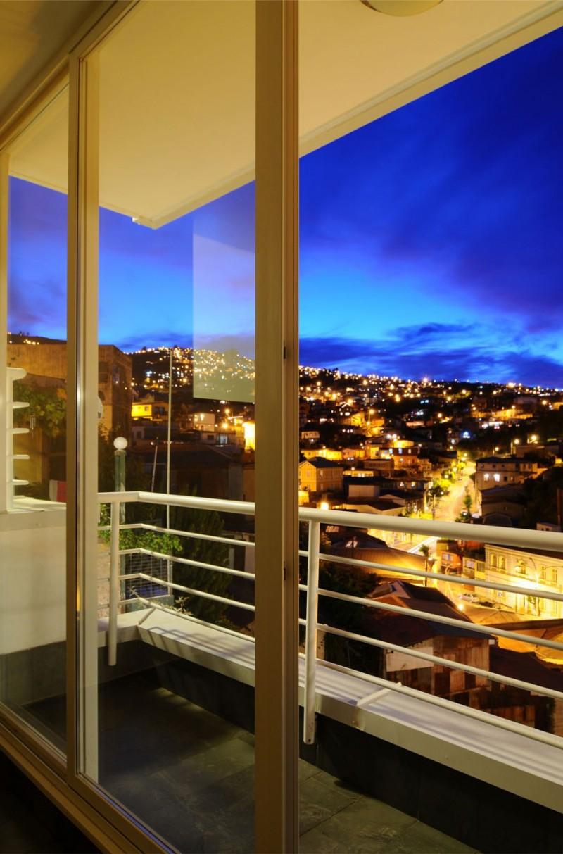利用大片落地窗~可以欣賞到美麗的街景與山色