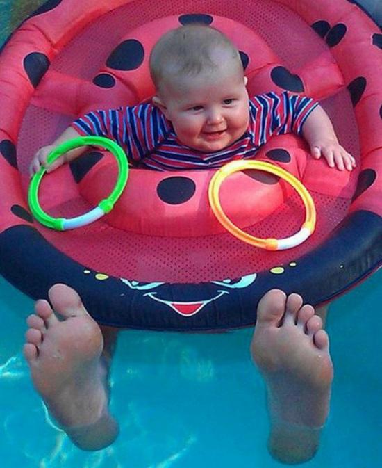13.這麼小的小孩不可能有這麼大的腳