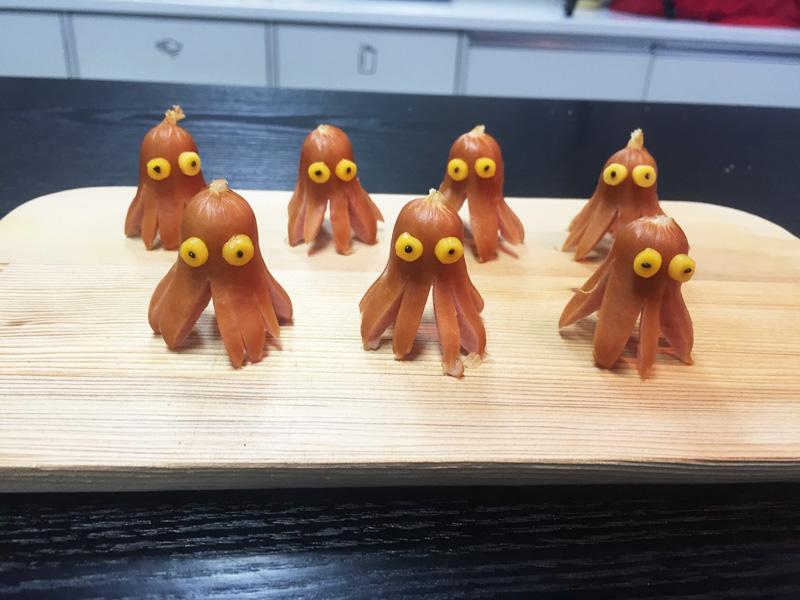 第一個要做的就是章魚小香腸 ♥ 如果給小朋友做這個,一定會很喜歡吧!