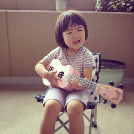 正在讀幼稚園的Rico,可說是從小就唱作俱佳(咦)?學了烏克麗麗、兒童體操,生活超豐富!媽媽難道有意栽培她成為童星嗎?
