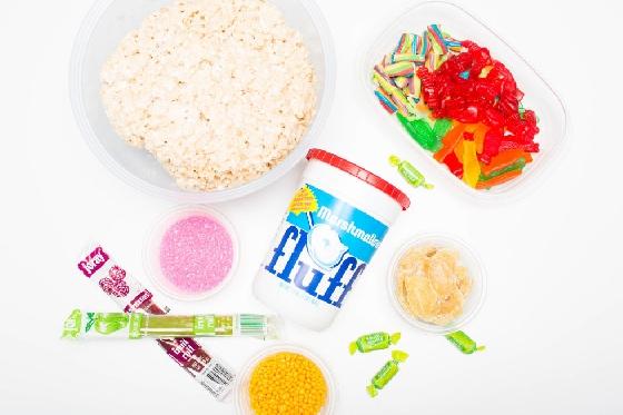 首先,你會需要用到手工美式沙琪瑪(Homemade rice crispy treats)、棉花糖醬(Marshmallow Fluff)、小魚軟糖、美國水果紙卷糖(Fruit by the Foot)、各種顏色的扭扭糖(Rainbow twists、Twizzler Bites)、美國彩虹呆子糖(Nerds)、水果軟糖卷(Fruit Leather)、美國橡皮繩軟糖(Rainbow licorice rope)、雷根糖(Jelly Beans)等將近15種糖果。  除了顏色的搭配,選擇自己喜歡的口味也是相當重要。以下將示範四種基本壽司的製作法,讓大家備好食材,也能在家輕鬆做糖果壽司料理!