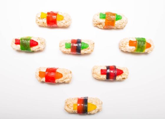 用水果紙卷糖將小魚軟糖及「飯」包一圈~  魚軟糖壽司就順利完成了!一次還可以做非常多個,簡單好上手!