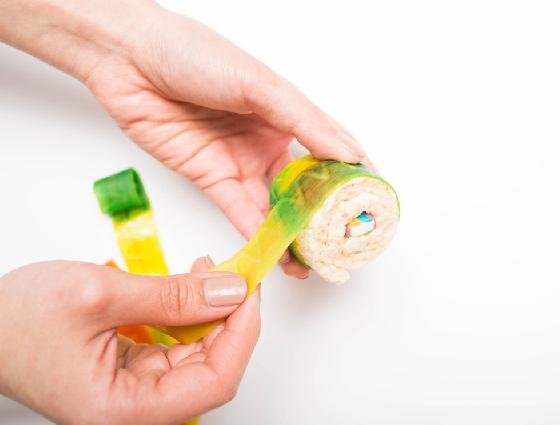 中間包入你想要的餡料,並捲上水果紙捲糖。  好想把小熊軟糖包進去喔~