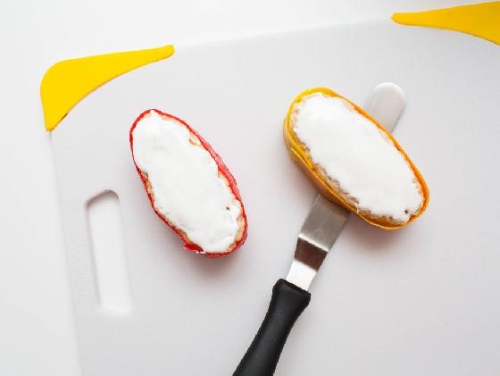 軍艦卷  將「飯」做成理想的橢圓形,包上紙卷糖後,在上頭抹些棉花糖醬。  棉花糖醬真的是萬惡淵藪!又甜又高熱量!完全愛不釋手呀!