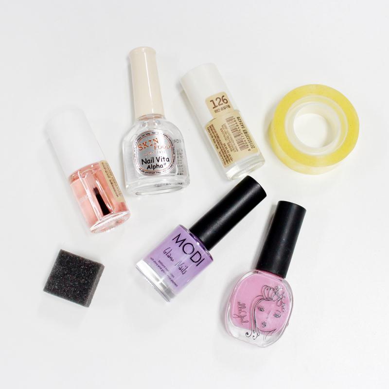 今天的必須準備物:打底和最後完成用的透明指甲油,牛奶光澤色指甲油、淡粉紅色&淡紫色指甲油,最後還需要海綿和膠帶!