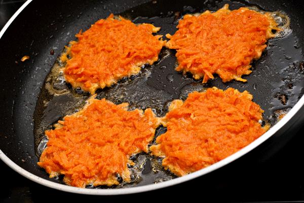 3. 以紅蘿蔔為主材料,煎得香酥的紅蘿蔔餅 哇~我最愛煎餅了!