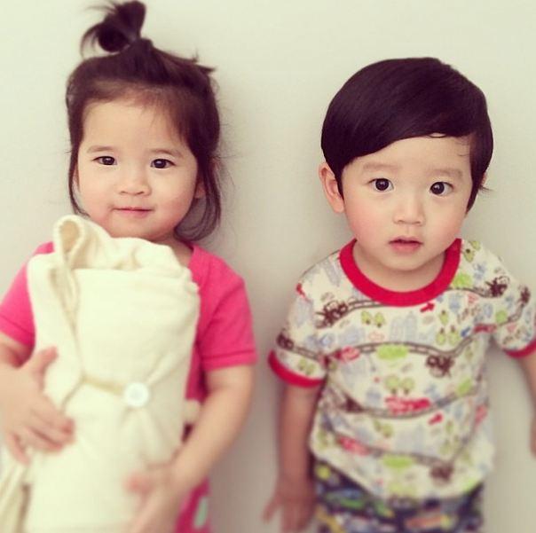 雖然不像一般雙胞胎長得一模一樣,可是這對小姊弟的感情絕對不輸其他雙生兄弟姊妹唷!
