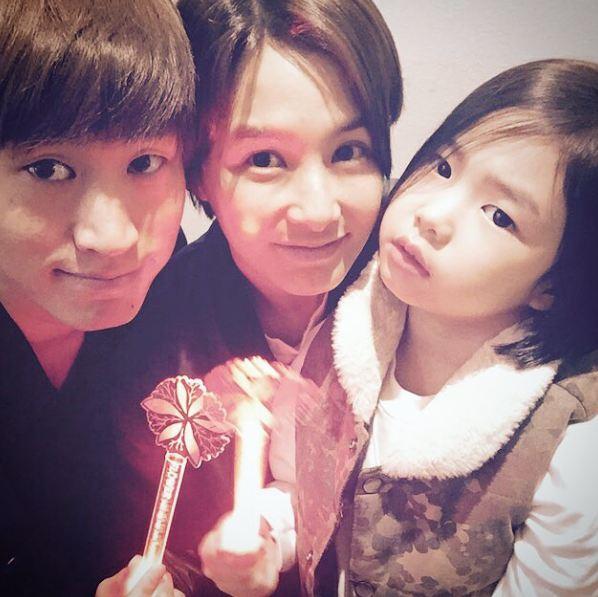 爸爸是饒舌歌手Tablo,媽媽是美麗的女演員姜惠貞~他們的女兒叫做HARU