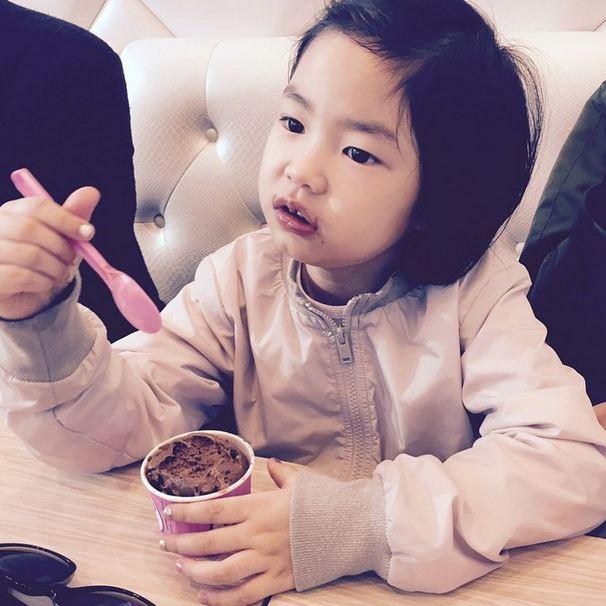 也不像有些小孩那樣,吃個冰淇淋就弄得整張臉花花的...