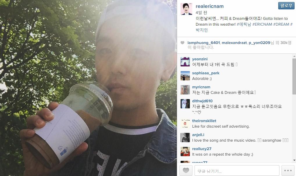 第三招:沒事就要提醒一下粉絲 新歌一發表,Eric Nam也立馬在自己的SNS上上傳了一張照片, 寫說「這種天氣,就要聽我的歌~」