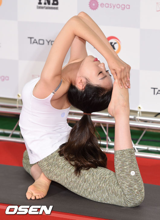 哇賽~這種高難度動作 跟瑜珈老師的專業POSE不相上下了吧!
