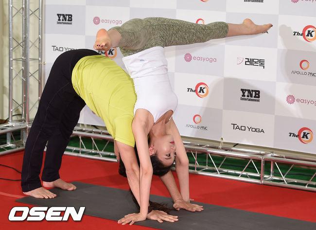 最近韓國流行的情侶瑜珈~ 首先先倒立的起來就已經要拍拍手了!!!