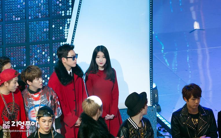 這是去年11月,IU和許多韓國歌手參加「第16屆韓中歌謠祭」時,粉絲拍下的照片