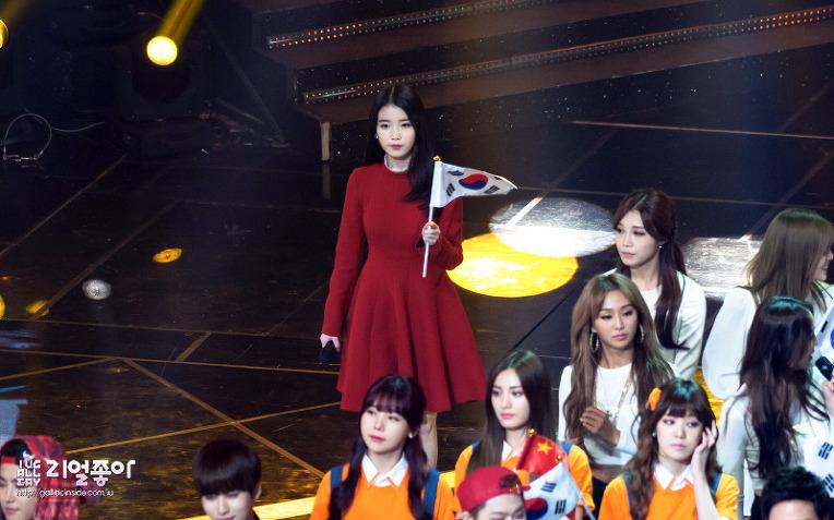 當眾團體歌手排排站的時候....特別顯得孤獨>.<