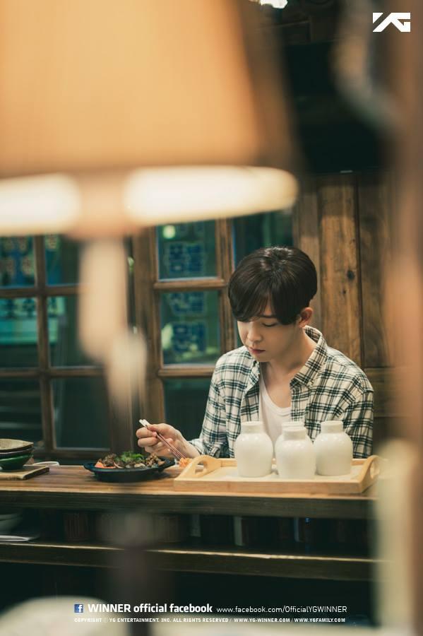 這樣孤獨的他~獨自來到首爾~做著各種各樣的零工,卻都花得不剩!即使如此依舊不放棄學習,殷勤準備檢定考。因為戴著貓咪面具在街上打零工,因此被稱為會笑的貓~