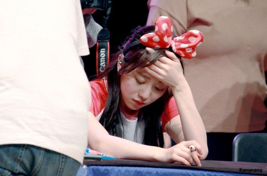 有網友說7月4日AOA在狎鷗亭舉辦粉絲簽名會~突然珉娥的表情變得不好~ 一直到結束都沒有變好,很多目擊者都說,珉娥的表情像是要哭了一樣T_T